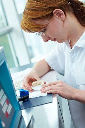 Odontotecnico, lavorando su ceramica coronas in un laboratorio
