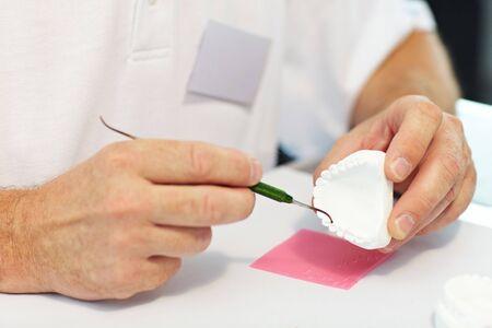 laboratorio dental: Prot�sico dental trabajando en pr�tesis dentales con una sonda de Foto de archivo