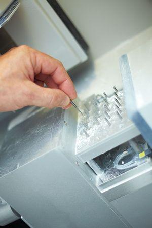 laboratorio dental: Prot�sico dental, trabajando con un CAD CAM