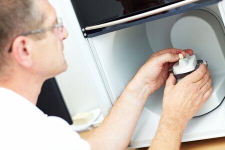 prothese: Platzieren eine zahnmedizinische Modell in einem 3D-Scanner Zahntechniker  Lizenzfreie Bilder