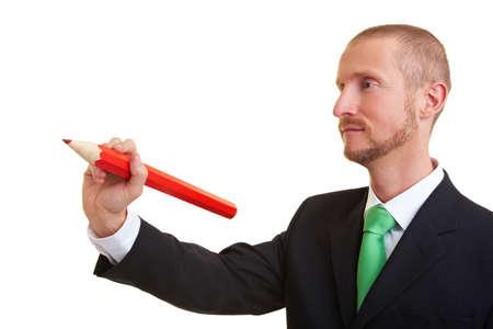przewymiarowany: Manager piśmie z czerwonym ołówkiem ponadgabarytowych