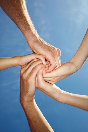 solidaridad: Espiral de diez manos bajo cielo azul