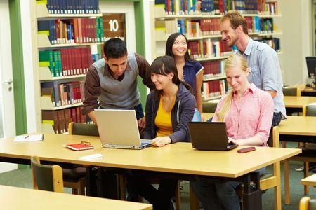 bibliotecas: Grupo de estudiantes de aprendizaje en la biblioteca de la Universidad  Foto de archivo