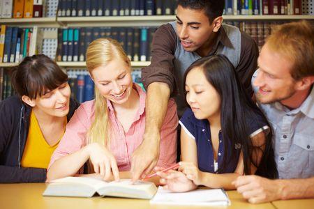 Groupe d'étudiants apprenant dans la bibliothèque à l'université