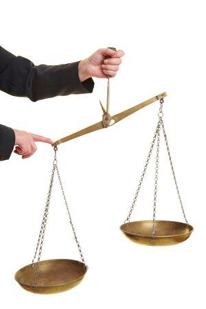 discriminacion: Mano sosteniendo una escala y lo presionando hacia abajo