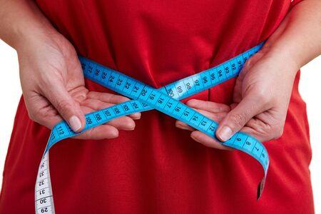 beleibt: Woman measuring ihr Umfang mit Ma�band Lizenzfreie Bilder