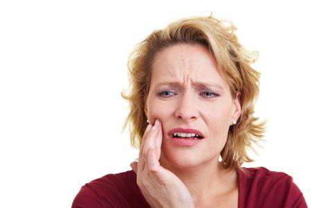 pangs: Donna sua mano sul suo dente doloranti Archivio Fotografico