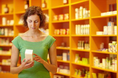Cliente en farmacia leer la información sobre medicina