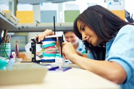 laboratorio dental: Prot�sico dental trabajando en dientes en un laboratorio dental Foto de archivo