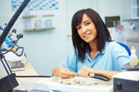 laboratorio dental: Feliz prot�sico dental, una corona de cer�mica de molienda