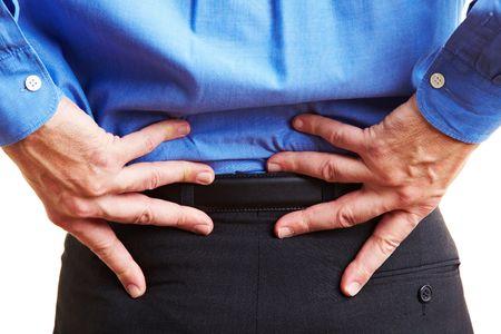pangs: Anziano, tenendo le mani sulla schiena doloranti  Archivio Fotografico