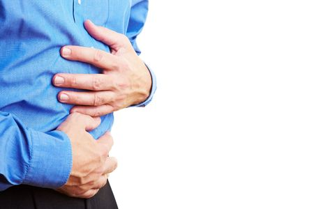 dolor de estomago: Jubilado, sosteniendo su vientre enfermo