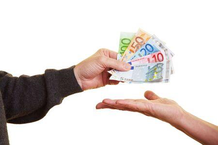 abastecimiento: Entrega de billetes de euro al otro lado de la mano