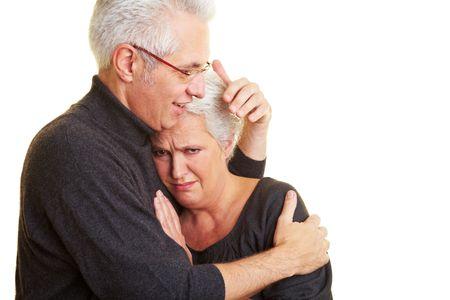 mourn: Un uomo anziano confortante moglie triste