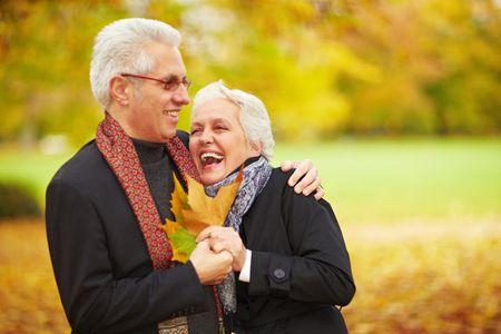 Couple principal heureux dans une for�t automne