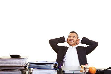 Business administration: Joven administrador marroqu�, apoy�ndose en su escritorio