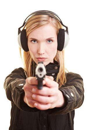 shooting target: Jonge vrouwelijke shooter met pistool en oor bescherming