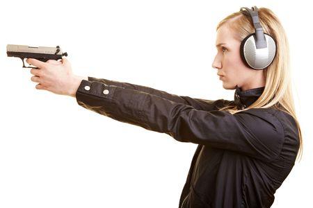 poliziotta: Giovane femmina sparatutto con pistola e orecchio protezione
