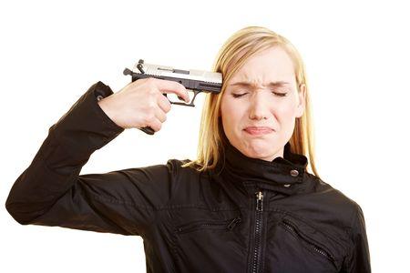 mujer con pistola: Mujer rubia joven sosteniendo una pistola a su templo