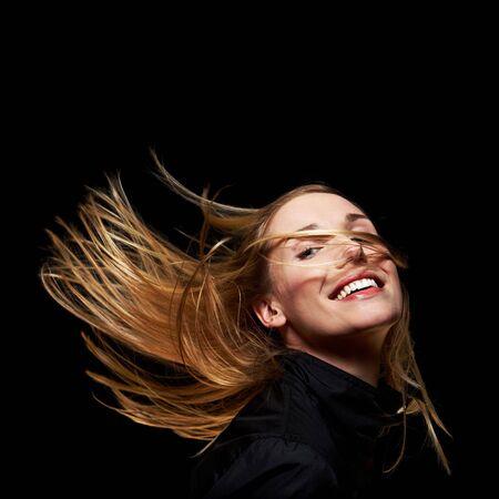 euforia: Joven rubia con agitando el pelo en la oscuridad