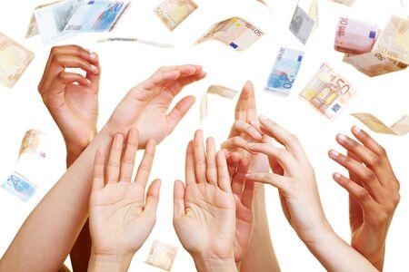 lloviendo: Muchas manos desesperadas alcanzando para billetes de euro