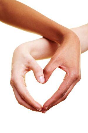 interracial: Zwei H�nde bilden eine Herzform mit Ihren Fingern