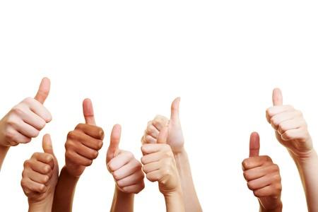 felicitaciones: Muchas manos diferentes mostrando sus pulgares