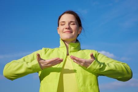 respiracion: Mujer joven haciendo algunos ejercicios de respiraci�n al aire libre