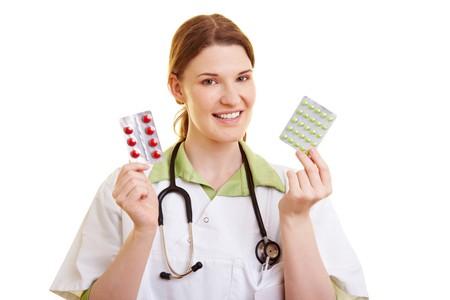 pangs: Docotor femmina che offre una sorta di rossa e verde di pillole