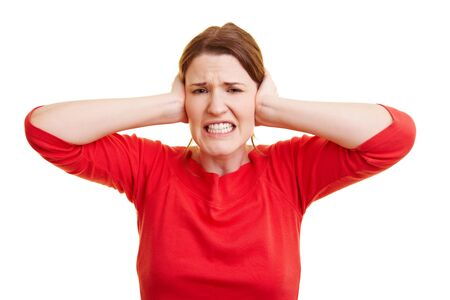 earache: Mujer joven en rojo sus orejas de cierre