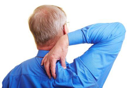 elderly pain: Senior manager massaggiare la sua spalla doloranti