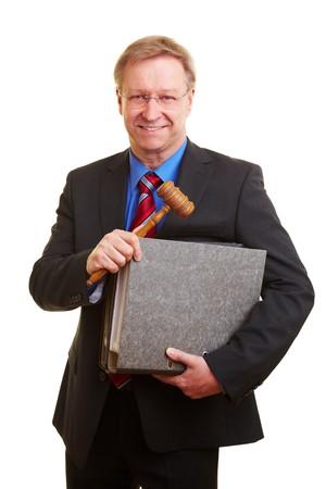 Senior Richter tragen ein Hammer und Dateien