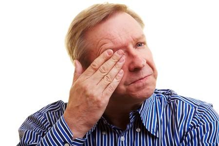Vieil homme d�tenant la main sur son oeil douleurs  Banque d'images