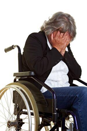 paraplegic: Oudere vrouw in een rol stoel zitten en huilen