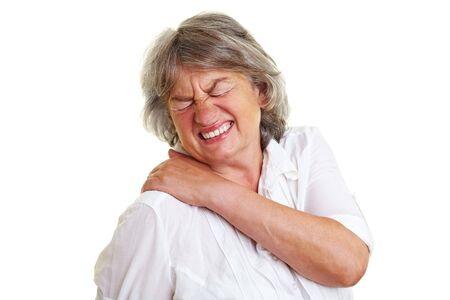 epaule douleur: Femme �g�e aux cheveux gris tenant son retour de courbatures
