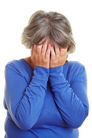 ashamed: Una anciana llora que cubre su rostro