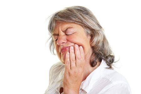 pangs: Anziana donna con il mal di denti tenendo la sua guancia  Archivio Fotografico
