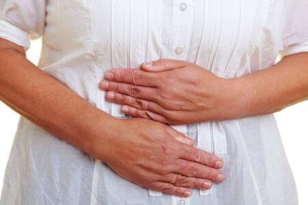 convulsion: Anciana sosteniendo sus manos a su est�mago dolorido