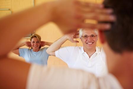 Clase de gimnasia que se ocupan de entrenador de fitness  Foto de archivo - 8128582