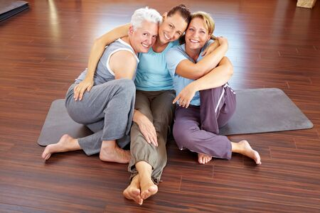 Drie gelukkige vrouwen zitten in een sportschool