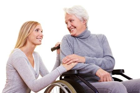 ancianos felices: Atenci�n de d�a para una anciana en una silla de ruedas