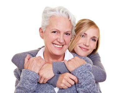grandmas: Retrato de sonriente de la abuela y su nieta