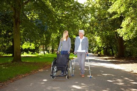 gehhilfe: Krankenschwester helfen, �ltere Frau mit Ihrem Physiotherapie-outdoors