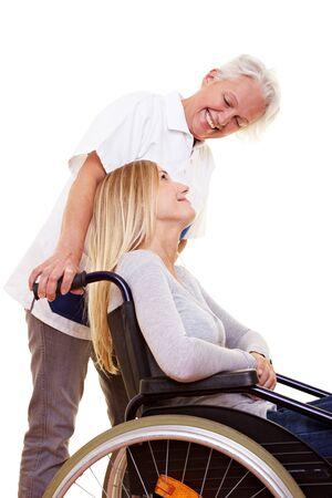 discapacitados: Enfermera cuidando de una joven mujer en silla de ruedas