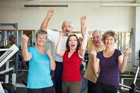 ancianos felices: Grupo de edad feliz en un gimnasio animando Foto de archivo
