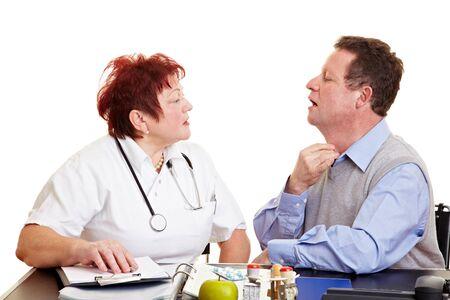 pangs: Uomo anziano con mal di gola vedere un medico