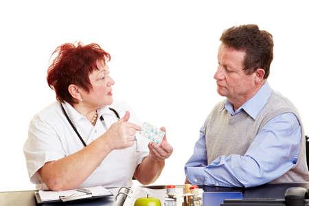 adverso: Doctora explicando los efectos secundarios de medicamentos a un paciente