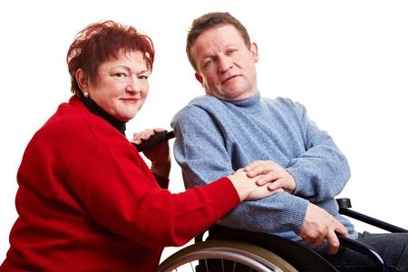 discapacidad: Pareja de ancianos con hombre sentado en silla de ruedas