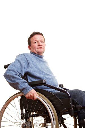 paraplegic: Ouderen uitgeschakeld man zit in een rol stoel