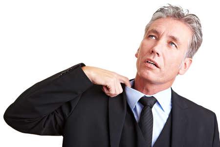 sudando: Sudoraci�n administrador tirando su camisa con su dedo